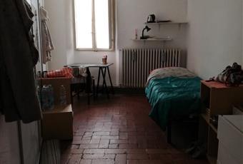La camera è luminosa, il pavimento è piastrellato, completamente arredata Marche PU Urbino