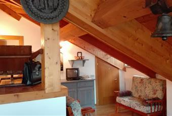 Spettacolare vetrata a tutta parete che da sui tetti di Mezzano.Il pavimento è di parquet. Travi a vista e arredamento tipico  Trentino-Alto Adige TN Mezzano