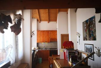 Il pavimento è di parquet, la cucina è luminosa.Spettacolare vetrata a tutta parete che da sui tetti di Mezzano Trentino-Alto Adige TN Mezzano