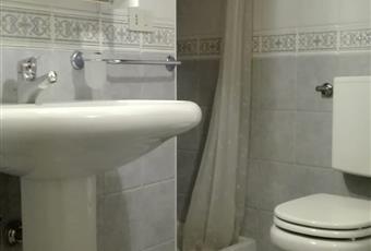 2 bagni. Il primo vicino al salotto e cucina, dotato di vasca con doccia e lavatrice. Bellissima apertura finestrata sul soffitto con travi a vista. L'altro bagno, più piccolo, ubicato tra le 2 stanze, è dotato di doccia. Trentino-Alto Adige TN Mezzano