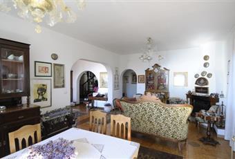 Ampio salone con annesso soggiorno con televisione e ampia terrazza sul mare con tavolo, poltrone  e sedie. Sicilia SR Siracusa