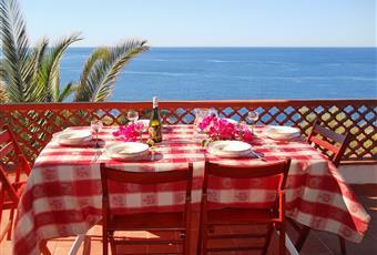 Un terrazzo che da sul soggiorno, uno adibito a solarium, un terzo nel patio con barbecue, tavolo e panche in marmo. Sicilia SR Siracusa