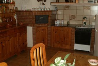 La cucina si presenta in legno con forno per pizze, pavimento piastrellato, lavastoviglie e tavolo per 6 persone Campania AV Montemarano