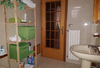 bagno superiore con vasca, bagno posto al piano terra è con doccia. un ulteriore bagno è situato nella dependance presente dinanzi alla piscina Campania AV Montemarano