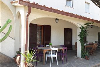 Portico uso comune, attrezzato con tavoli e sedie, per mangiare all'aperto. Toscana LI Campiglia Marittima