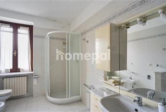 Bagno con vasca, doccia angolare, lavatrice e finestra Lombardia PV Cilavegna