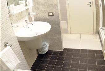 Do, il pavimento è piastrellatoppi servizi igienici con box doccia Calabria CZ Catanzaro