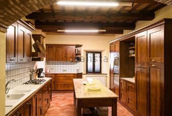 Il pavimento è piastrellato, la cucina è con travi a vista, la cucina è con cucina a isola, luminosa Umbria TR Castel Viscardo