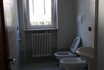 Il pavimento è piastrellato, il bagno è luminoso Marche AP San Benedetto del Tronto