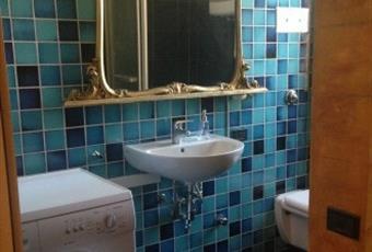 Bagno con sanitari sospesi e cabina doccia in cristallo. Lombardia MI Milano