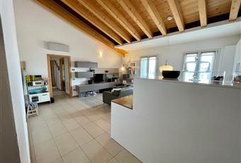Il soggiorno è ampio, luminoso e con soffitto alto. Le due porte-finestre danno accesso ad altrettanti poggioli. Veneto PD Trebaseleghe