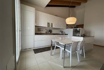 L'ampia cucina è inserita nell'open space soggiorno. Veneto PD Trebaseleghe