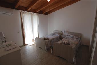 La camera è luminosa, il pavimento è di parquet, il pavimento è piastrellato Sicilia AG Agrigento