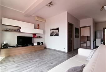 Salone luminoso con vista mare, formante un open space con la cucina. Il pavimento è costituito da listoni 15x90 in gres porcellanato effetto legno. Lazio LT Formia