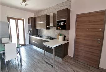 Cucina luminosa con vista mare e monti, formante un open space con il salone. Il pavimento è costituito da listoni 15x90 in gres porcellanato effetto legno. Lazio LT Formia