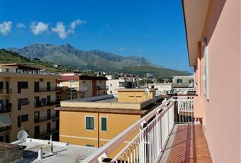 Ampio terrazzo a livello di 55 Mq, luminoso e con meravigliosa vista mare. Il terrazzo è comunicante con un balcone di 7 Mq con vista mare e monti. Il pavimento è costituito da piastrelle 15x30 in gres porcellanato effetto cotto antico. Lazio LT Formia