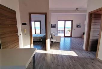 Ampio e luminoso Open Space salone-cucina. Il pavimento è costituito da listoni 15x90 in gres porcellanato effetto legno.La cucina è luminosa Lazio LT Formia