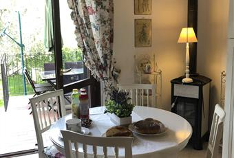 Il pavimento è piastrellato, il salone all'americana è luminosissimo. La porta finestra affaccia su uno dei due terrazzi e sul giardino di olivi. Lazio VT Montalto di Castro