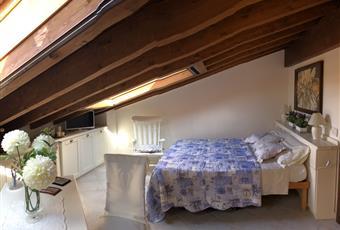 Il pavimento è piastrellato con gres porcellanato uniforme come in tutto il resto della casa. Finestre velux, aria condizionata, divano letto matrimoniale.  Lazio VT Montalto di Castro
