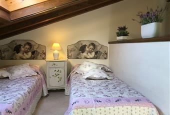 Cameretta semi-soppalcata con finestre velux al soffito in legno ventilato. Aria condizionata. Lazio VT Montalto di Castro