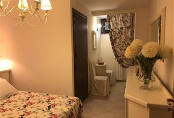 Camera matrimoniale al piano seminterrato con bagno in camera con finestra e ampia cabina armadio. Lazio VT Montalto di Castro