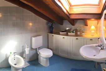 Uno dei tre bagni, con box doccia, nella mansarda con finestra velux Lazio VT Montalto di Castro