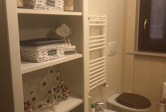Bagno del piano terra con finestra e box doccia Lazio VT Montalto di Castro
