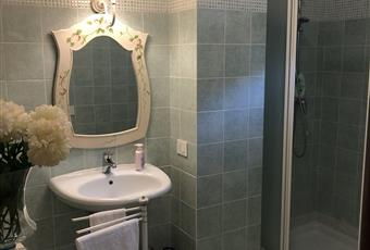 Ampio bagno al piano seminterrato con box doccia e finestra Lazio VT Montalto di Castro