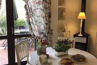 La scala al piano terra dinanzi alla porta d'ingresso conduce alle camere e al bagno del piano mansardato  Lazio VT Montalto di Castro