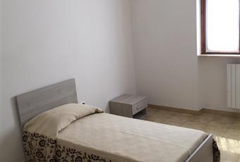 una camera singola e una doppia nelle foto molto luminose, con accesso personale al balcone. Arredamento completamente nuovo, armadi molto spaziosi. Puglia LE Tricase