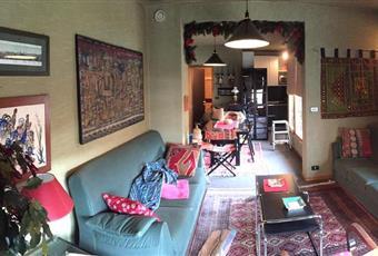 Vasto salone con cucina a vista. Il salutne ha due grosse vetrate che danno su dei balconi privati. Il salone è composto da: - zona pranzo (foto 1) - zona relax / TV (foto 2) - la cucina si intravede nelle foto3  Valle d'Aosta AO Gressan