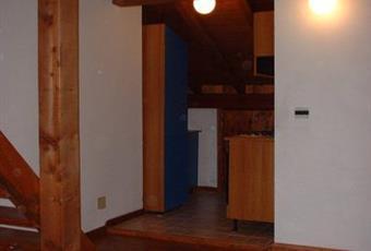 La cucina è con travi a vista, il pavimento è di parquet Veneto BL Lamon