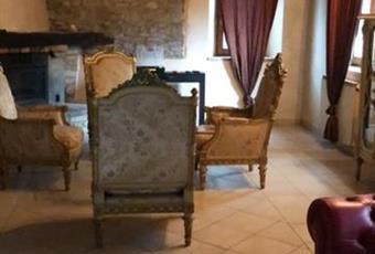 Ampio salone con camino e cantinetta vini  Emilia-Romagna RN Montefiore Conca