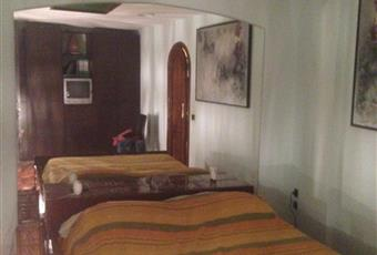 Stanza da letto con finestra dotata di infissi di alta qualità in perfetto stato. Silenziosissima è dotata di un lucernario artificiale. Porta ad arco di alta qualità.  Lazio RM Roma