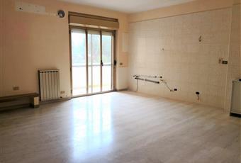 La parete dove insistono i collegamenti per l'installazione della cucina fa parte integrante del soggiorno in modo da formare un ambiente unico. Calabria RC Reggio di Calabria