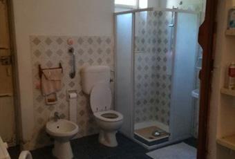 Il bagno è luminoso, il pavimento è piastrellato Piemonte AL Fresonara
