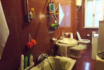 Il bagno è luminoso, il pavimento è piastrellato Lazio RM Roma