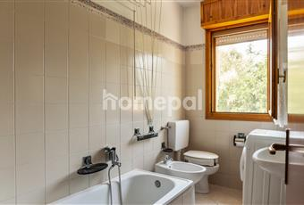 Bagno piastrellato con vasca e finestra Emilia-Romagna FE Ferrara