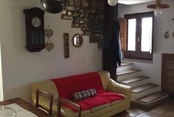 Il pavimento è piastrellato, il salone è con travi a vista, il salone è luminoso Molise IS Monteroduni