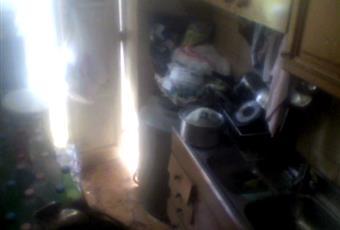 Cucinotto attiguo alla cucina, accessoriato di frigorifero, cucina, tavolo e lavandino. Sicilia AG Porto Empedocle