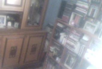 Soggiorno accessoriato di libreria, mobile con vetrina, divano+ due poltrone e tavolo porta-TV con ante in vetro a due ripiani, tavolo circolare e 6 sedie. Sicilia AG Porto Empedocle