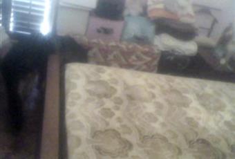 Camera da letto con armadio-casa, letto matrimoniale, due comodini, comò con specchiera e balcone con vista Piazza Italia/Via Roma. Sicilia AG Porto Empedocle