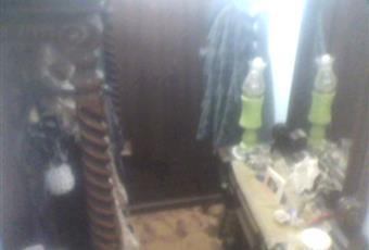 Ingresso accessoriato di appendiabiti, mobile con specchiera e due scaffali custoditi all'interno di un'anta inferiore e un armadio con cassettiera. Sicilia AG Porto Empedocle