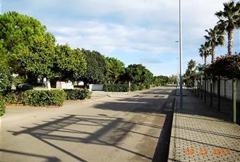 Nel residence ci sono molto spazzi verdi, c'è un campo da calcio e due campi da tennis usabili pagando alla Reception, strada chiusa da barra motorizzata per la sicurezza delle auto parcheggiate nella strada dell'appartamento Puglia LE Lizzanello