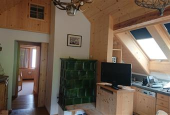 Il salone è luminoso, il pavimento è di parquet di rovere e le pareti di abete spazzolato e presente una stube in maiolica verde  con ampio tavolo da pranzo allungabile in abete e cucina a vista con due ampi velux   Trentino-Alto Adige BZ Ortisei