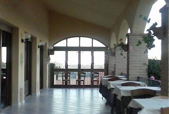 Il salone è luminoso, il pavimento è di parquet Sardegna CA Villa San Pietro