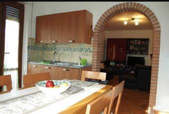 Il pavimento è piastrellato, la cucina è con mattoni a vista, luminosa Liguria SP Castelnuovo magra