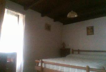 due camere da letto: camera matrimoniale con finestra e balconcino e cameretta con finestra Lombardia SO Colorina