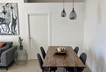 Salone su strada con balcone dotato di divano 4 posti e grande tavolo da pranzo Campania NA Napoli