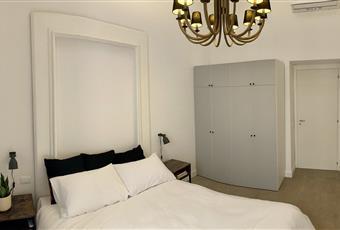 Camera da letto dotata di balcone con vista interna. molto luminosa Campania NA Napoli